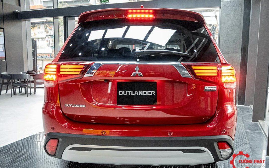 Đèn báo lùi của Mitsubishi Outlander có 2 màu khác biệt