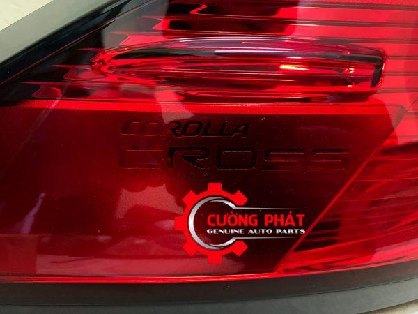 Chữ nổi bên trong đèn hậu ngoài Corolla Cross 2020, 2021